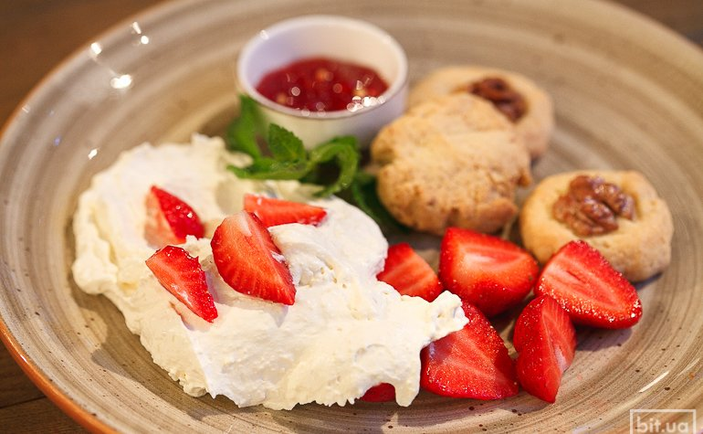 Нежный сыр надуги с клубникой, домашним ореховым печеньем и джемом из красного перца — 87 грн